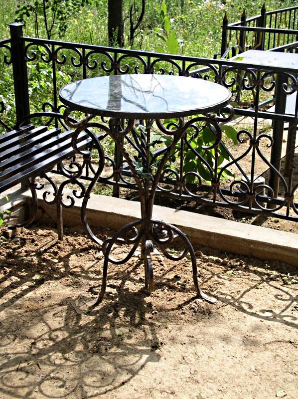 Столики и лавочки на кладбище